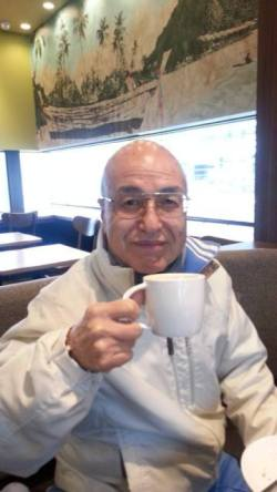 嶋田社長スタバでコーヒーで一息の図